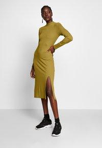 Zign - RIB PERKIN NECK DRESS WITH HIGH  - Denní šaty - oliv - 1