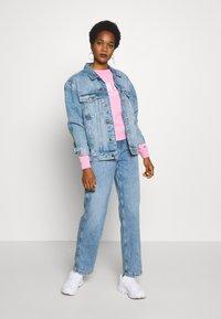 Tommy Jeans - TJW CHEST LOGO - Sweatshirt - pink daisy - 1