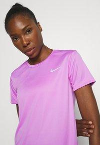 Nike Performance - MILER - T-shirt med print - fuchsia glow/reflective silver - 3
