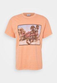 Vintage Supply - OVERDYED WITH VINTAGE SANTA MONICA GRAPHIC UNISEX - T-shirt z nadrukiem - burnt orange - 0
