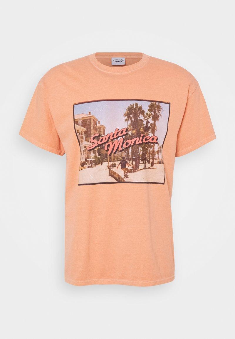 Vintage Supply - OVERDYED WITH VINTAGE SANTA MONICA GRAPHIC UNISEX - T-shirt z nadrukiem - burnt orange