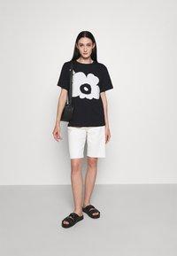 Marimekko - KIOSKI HIEKKA UNIKKO PLACEMENT T-SHIRT - T-shirt z nadrukiem - black/off white - 1