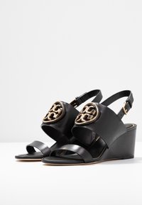 Tory Burch - METAL MILLER WEDGE - Sandály na klínu - perfect black/gold - 4