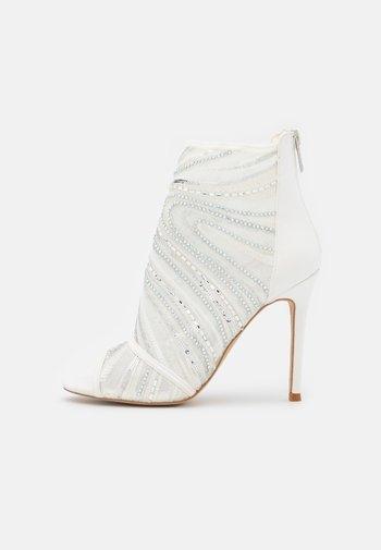 ABENDANI - Varrelliset sandaalit - white