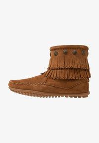 Minnetonka - DOUBLE FRINGE SIDE ZIP - Kotníková obuv - brown - 1