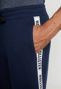 Hollister Co. - TAPED - Pantalones deportivos - navy - 4