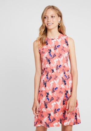 EASY DRESS - Žerzejové šaty - coral