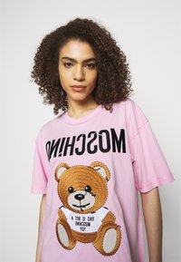 MOSCHINO - Print T-shirt - fantasy pink - 4