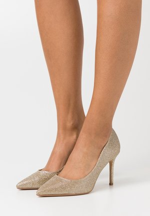 WIDE FIT DELE SHIMMER POINT COURT - Classic heels - gold