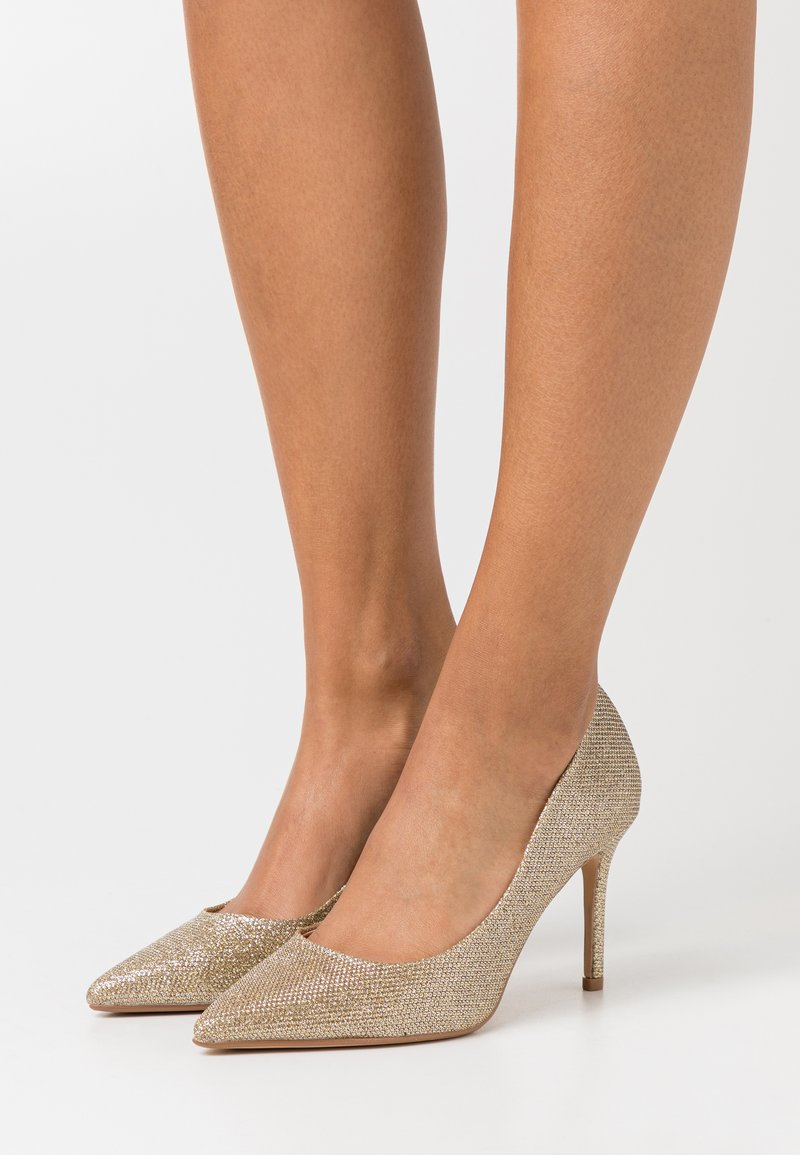 Dorothy Perkins Wide Fit - WIDE FIT DELE SHIMMER POINT COURT - Klassiske pumps - gold