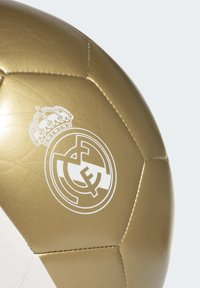 adidas Performance - REAL MADRID CAPITANO FOOTBALL - Voetbal - white/gold - 5