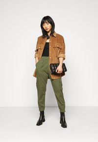 GAP Petite - CARGO UTILITY JOGGER - Cargo trousers - olive - 1