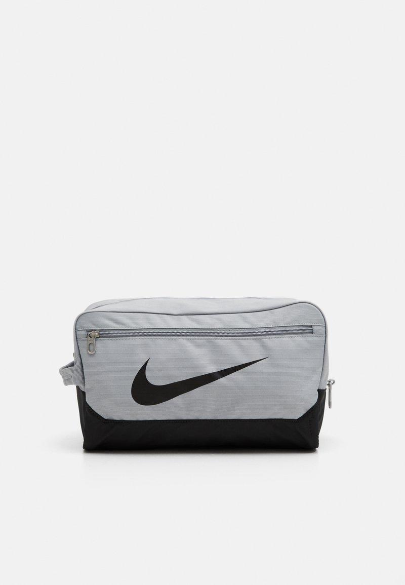 Nike Performance - SHOE 11L UNISEX - Wash bag - light smoke grey