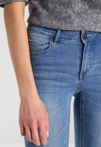 Vila - VICOMMIT - Jeans Skinny Fit - medium blue denim - 3