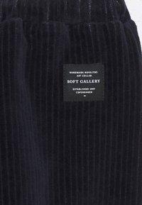 Soft Gallery - HAILEY PANTS - Teplákové kalhoty - carbon - 2