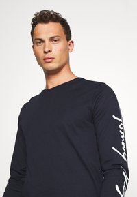 Tommy Hilfiger - SIGNATURE SLEEVE TEE - T-shirt à manches longues - blue - 3