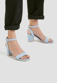PULL&BEAR - PASTELLBLAUE SANDALEN 11620540 - Varrelliset sandaalit - blue - 0